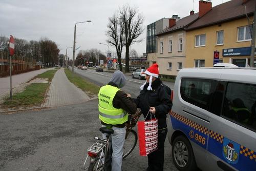 6 grudnia strażnicy rozdawali elementy odblaskowe. Fot. UM Oświęcim
