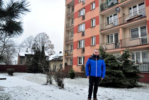 Radny Przewoźnik stoi w miejscu gdzie ma biec droga do widocznego za blokiem domu. Fot. R.Lorek