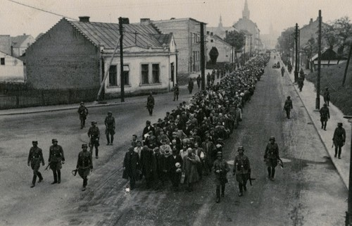 Więźniowie I transportu na ulicach Tarnowa. Fot: Holocaust History Archive - Noordwijk, the Netherla