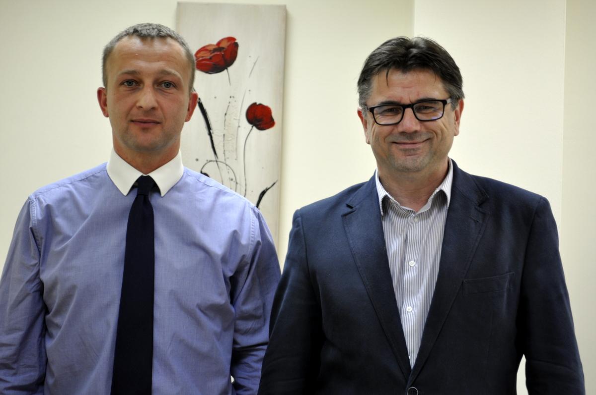 Bartłomiej Bąk (z lewej) i wójt Albert Bartosz. Fot. UG Oświęcim