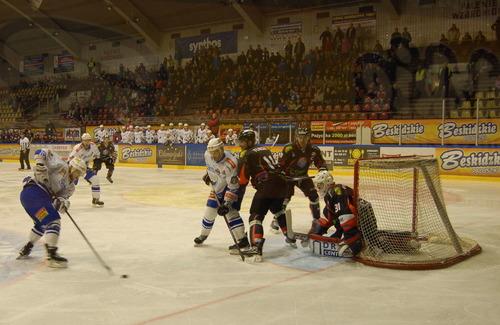 Po reprezentacyjnej przerwie oświęcimska Unia przegrała na swoim lodzie z GKS Tychy. Fot. (png)