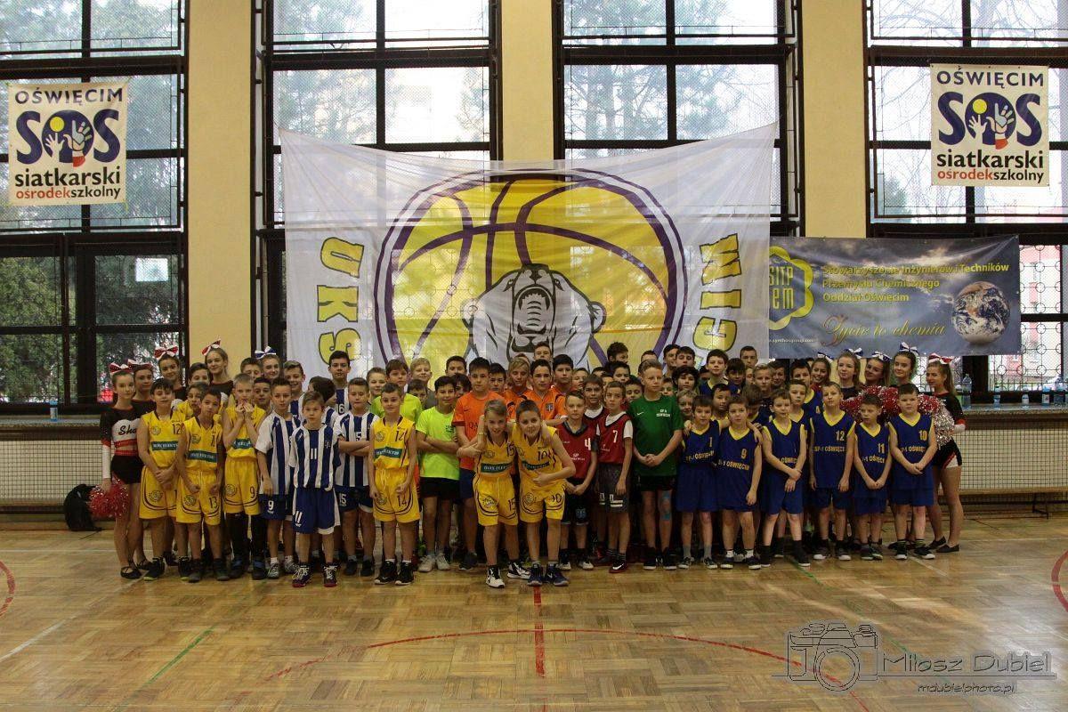 """W oświęcimskiej """"dwójce"""" rozegrano dziesiątą edycję mikołajkowego turnieju w mini-koszykówce chłopców. Fot. nadesłane"""