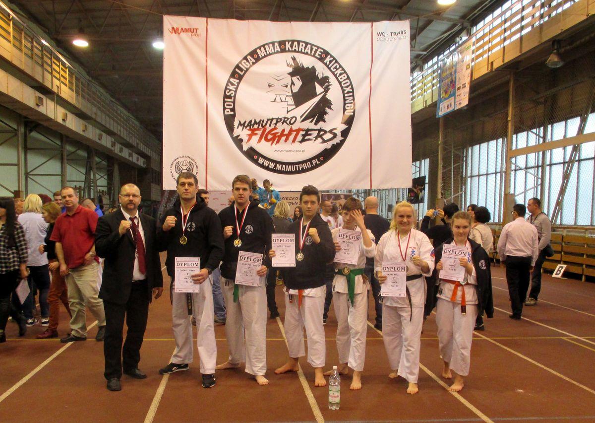 Brzeszczańska reprezentacja karateków wywalczyła na własnym terenie sześć medali. Fot. nadesłane
