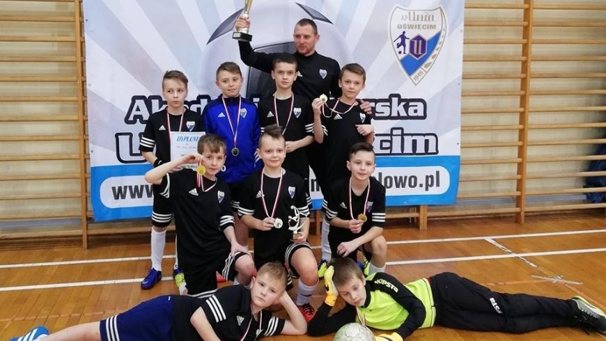 """Orlicy Unii Oświęcim zwyciężyli w turnieju w hali """"Chemika"""". Fot. mkp-uniaoswiecim.futbolowo.pl"""