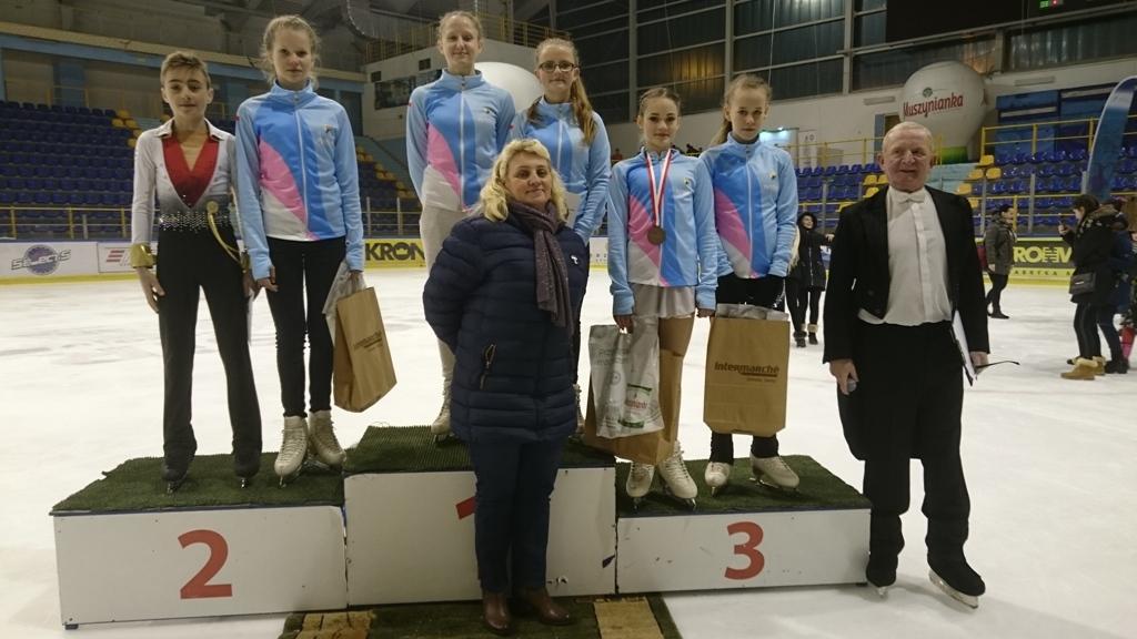 Reprezentacja UKŁF Unii na łyżwiarskich mistrzostwach Polski juniorów w Krynicy. Fot. zbiory UKŁF Unii