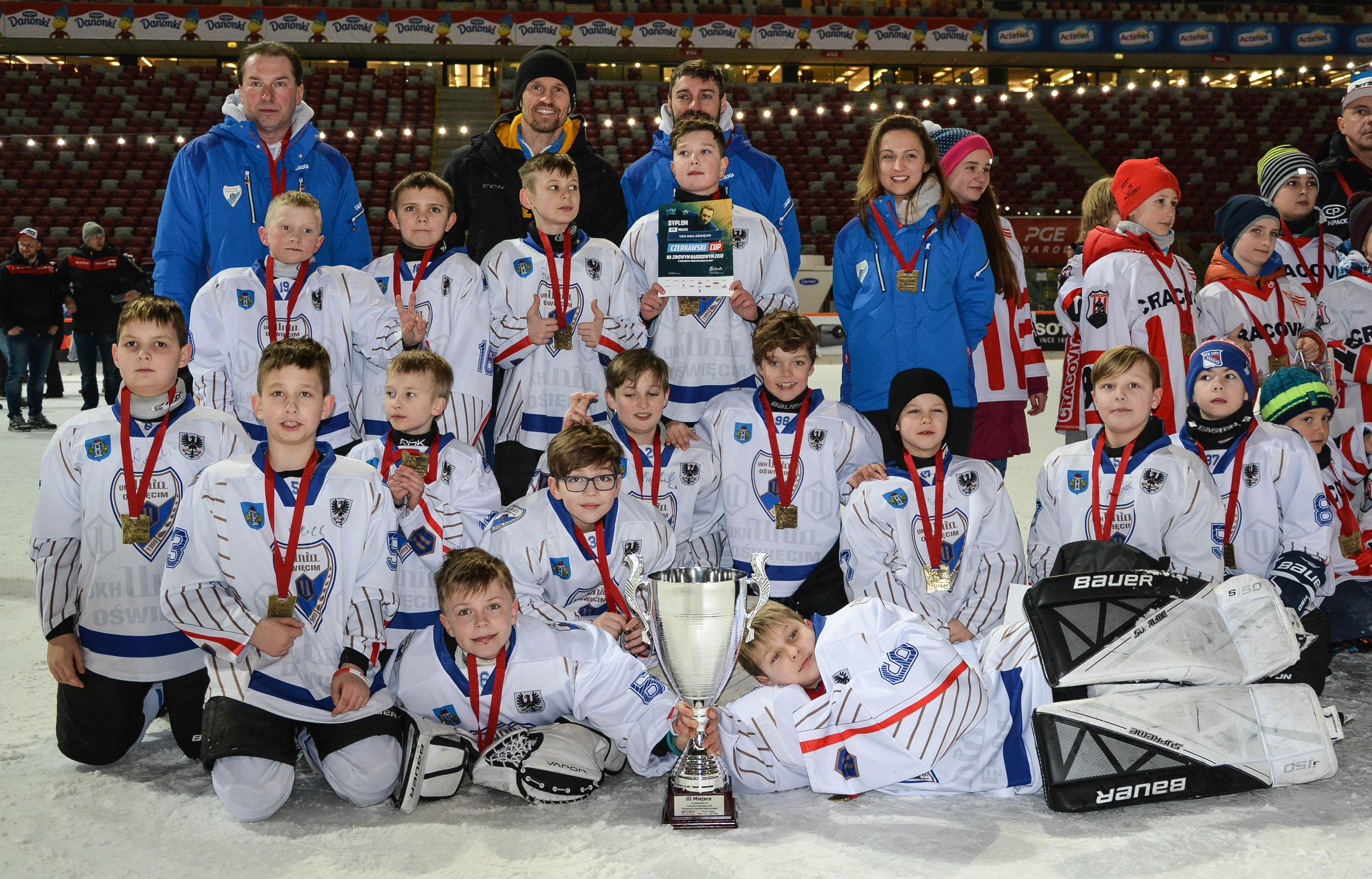 """Hokeiści UKH Unii zajęli trzecie miejsce w czwartej edycji turnieju mini hokeja """"Czerkawski Cup"""". Fot. Robert Rękas"""