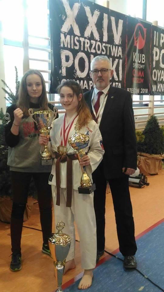 Stoją od lewej: Katarzyna Kotapka, Dominika Chylińska i sensei Tadeusz Bednarczyk. Fot. zbiory klubu