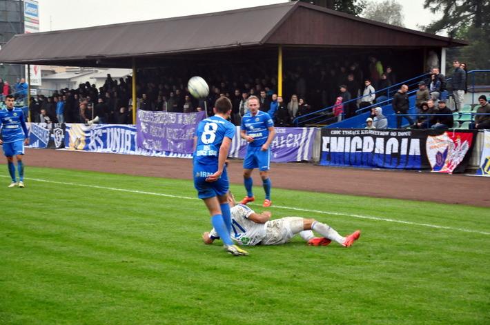 Dzisiejszy pojedynek na stadionie przy ulicy Legionów w Oświęcimiu to wydarzenie kolejki w czwartej lidze. Fot. Szymon Chabior