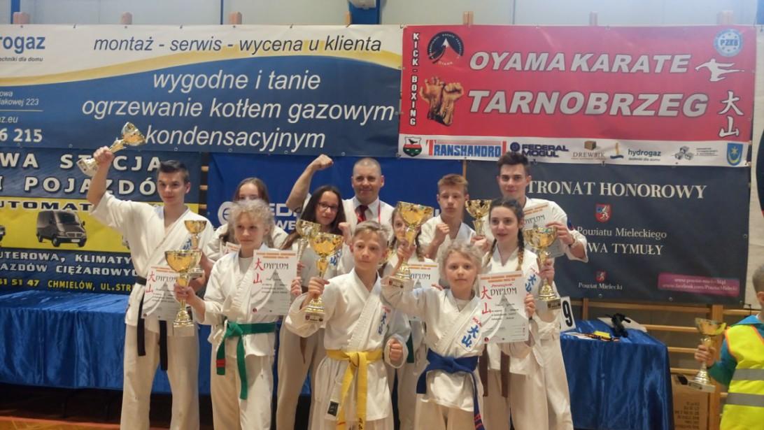 Oświęcimscy karatecy w Mistrzostwach Makroregionu Wschodniego wywalczyli dziesięć medali. Fot. zbiory klubu