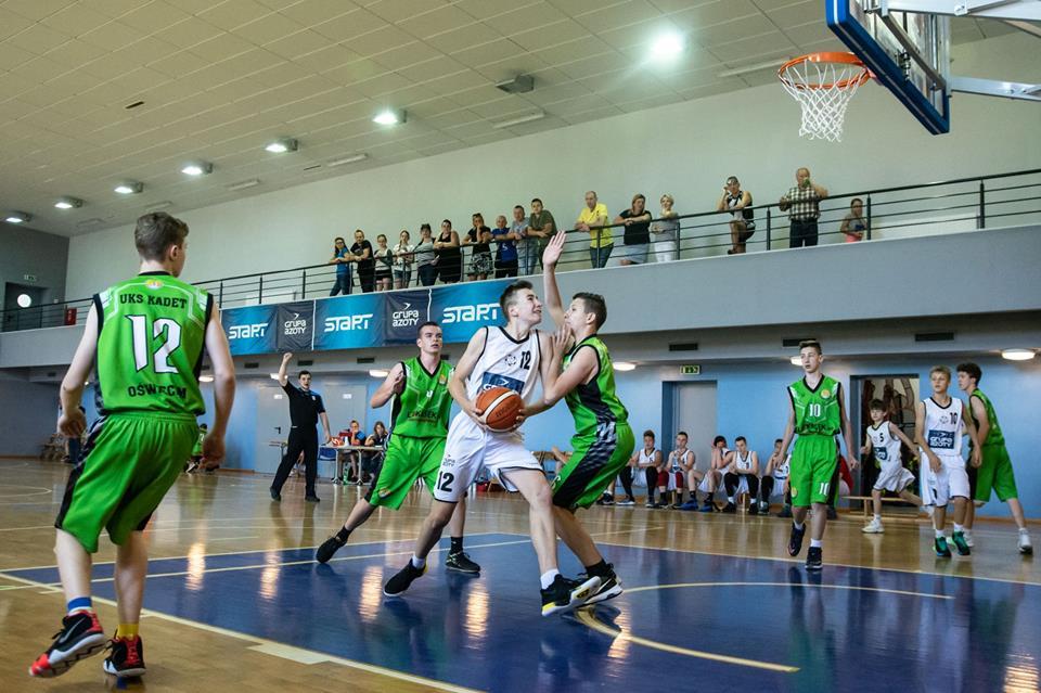 Koszykarze oświęcimskiego Kadeta wygrali na wyjeździe z sąsiadującym w tabeli drugi zespołem Unii Tarnów. Fot. zbiory klubu