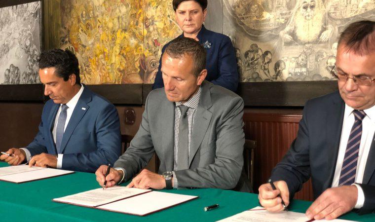 Podpisanie umowy. Fot. powiat