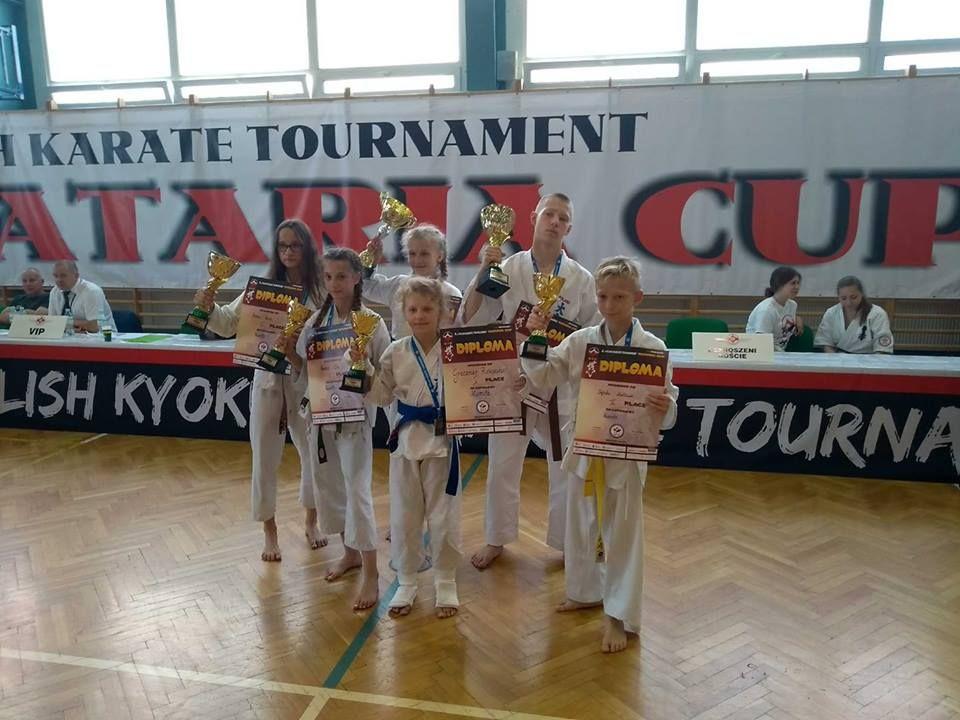 Oświęcimscy karatecy zamknęli sezon w Nowej Sarzynie, gdzie wywalczyli sześć medali. Fot. zbiory klubu