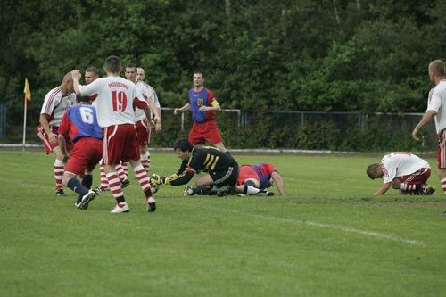 W sobotę i niedzielę walczono o punkty na boiskach trzeciej, czwartej i piątej ligi oraz oświęcimskiej klasy A i B. Fot. (png)