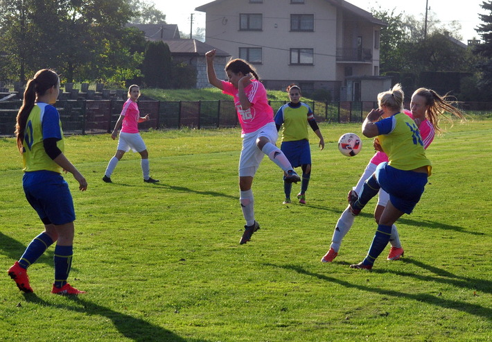 Iskierki zajmują drugie miejsce w trzecioligowej tabeli i tylko gorszym bilansem bramkowym ustępują ekipie Football Success Academy Kraków. Fot. Szymon Chabior