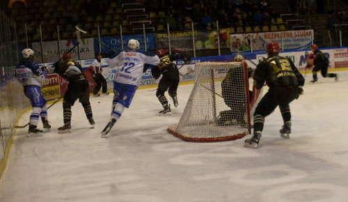 Unia zdobyła arcyważny komplet punktów pokonując na własnym lodzie Comarch Cracovię. Fot. (png)