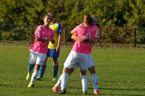 Iskierki z Brzezinki mają powody do radości. Wciąż są niepokonane w trzeciej lidze i objęły przodownictwo w tabeli. Fot. Szymon Chabior