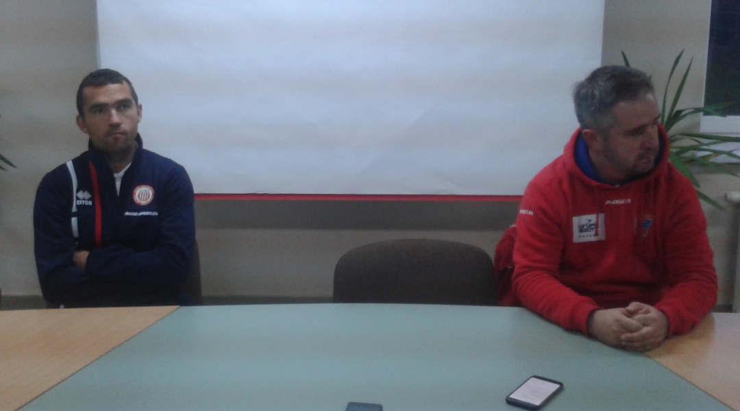 Trener Soły - Łukasz Surma (z lewej) i szkoleniowiec Wisły Puławy - Jacek Magnuszewski podczas dzisiejszej konferencji prasowej. Fot. (png)