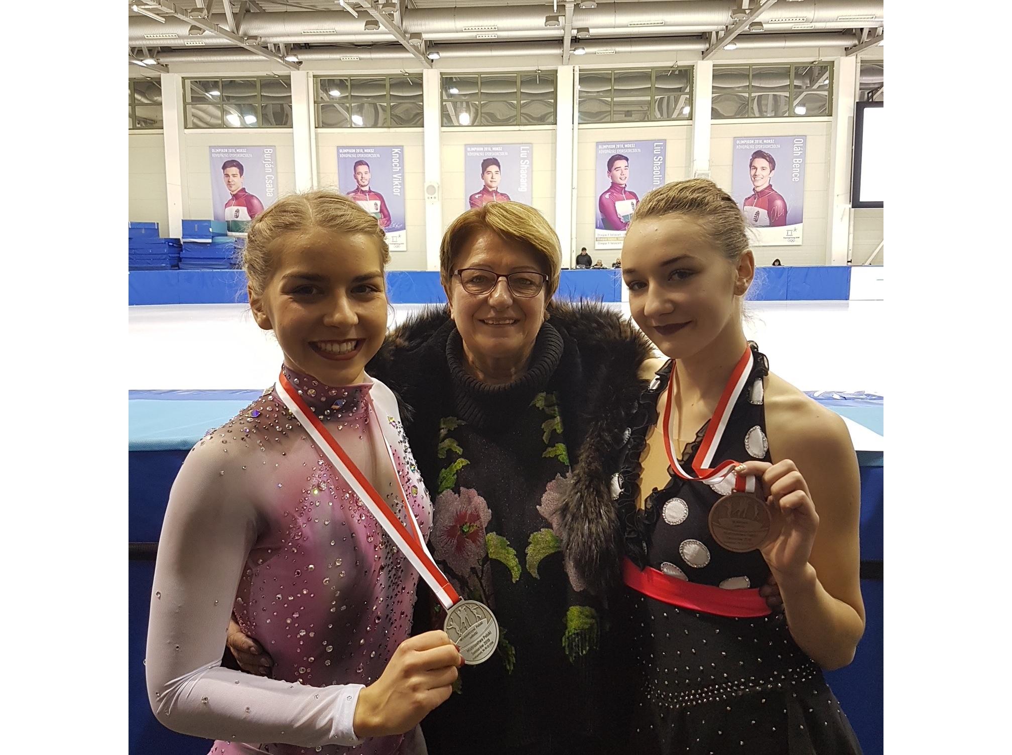 Stoją od lewej: Elżbieta Gabryszak, trenerka - Iwona Mydlarz-Chruścińska i Magdalena Zawadzka. Fot. nadesłane