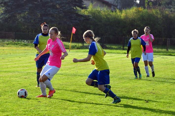 Z pozycji liderek do rundy rewanżowej trzecioligowych rozgrywek piłkarskich przystąpią Iskierki z Brzezinki. Fot. Szymon Chabior