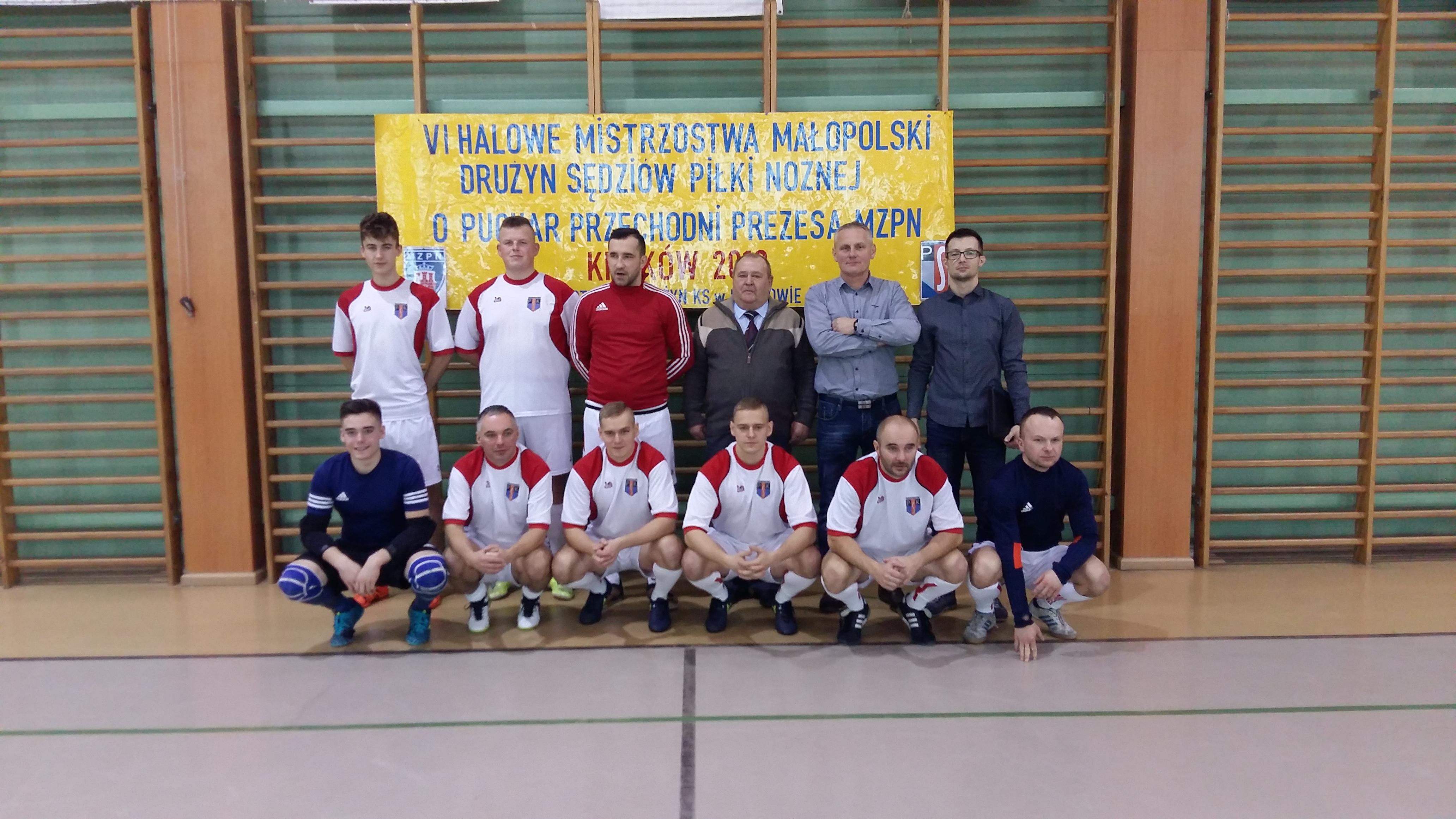 Reprezentacja sędziów z Podokręgu Piłki Nożnej w Oświęcimiu walczyłą w halowych mistrzostwach Małopolski w Krakowie. Fot. nadesłane