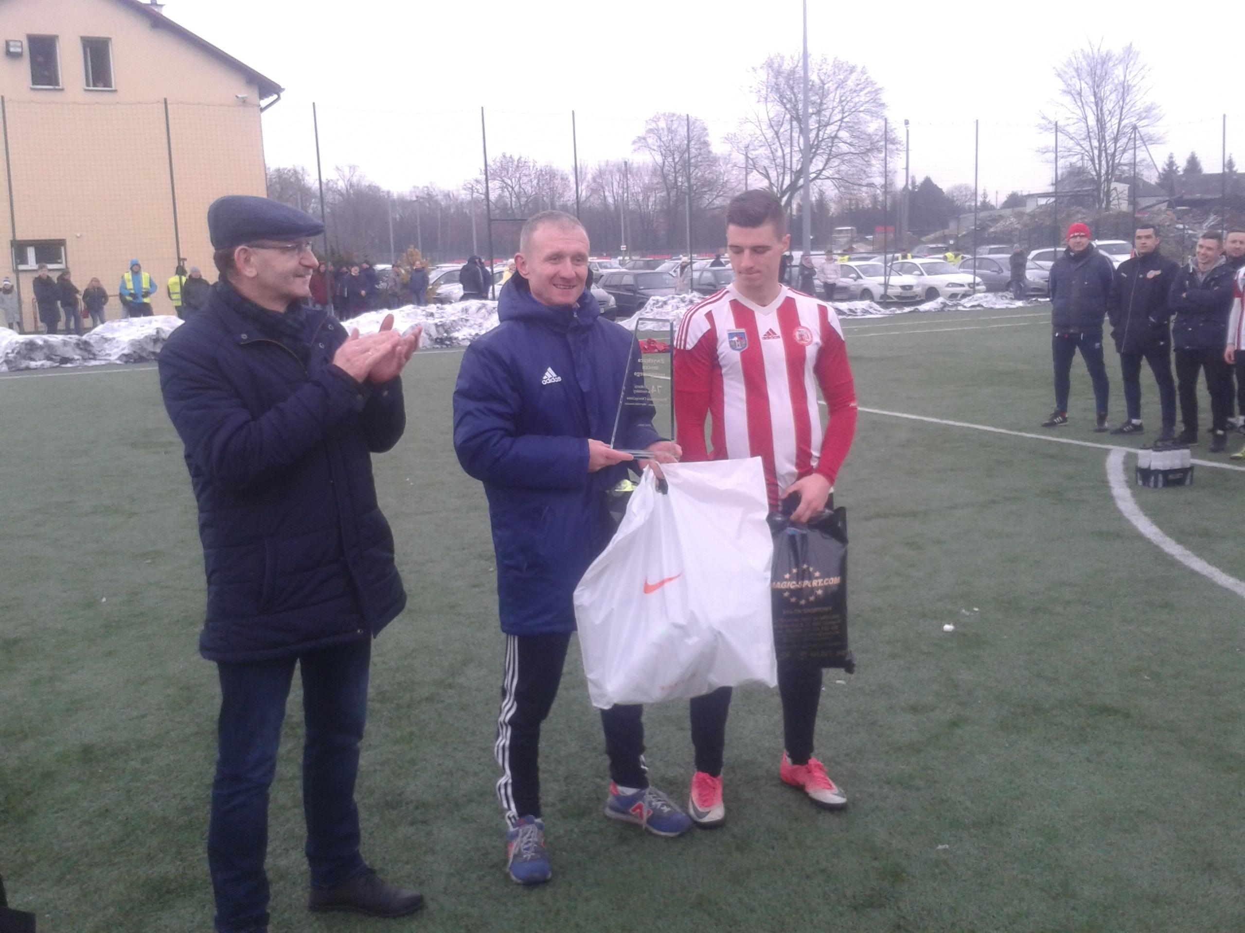 """Kapitan Unii - Jakub Jończyk (w środku) odebrał """"Puchar Prezydenta Oświęcimia"""" za dzisiejsze zwycięstwo w derbach. Fot. (png)"""