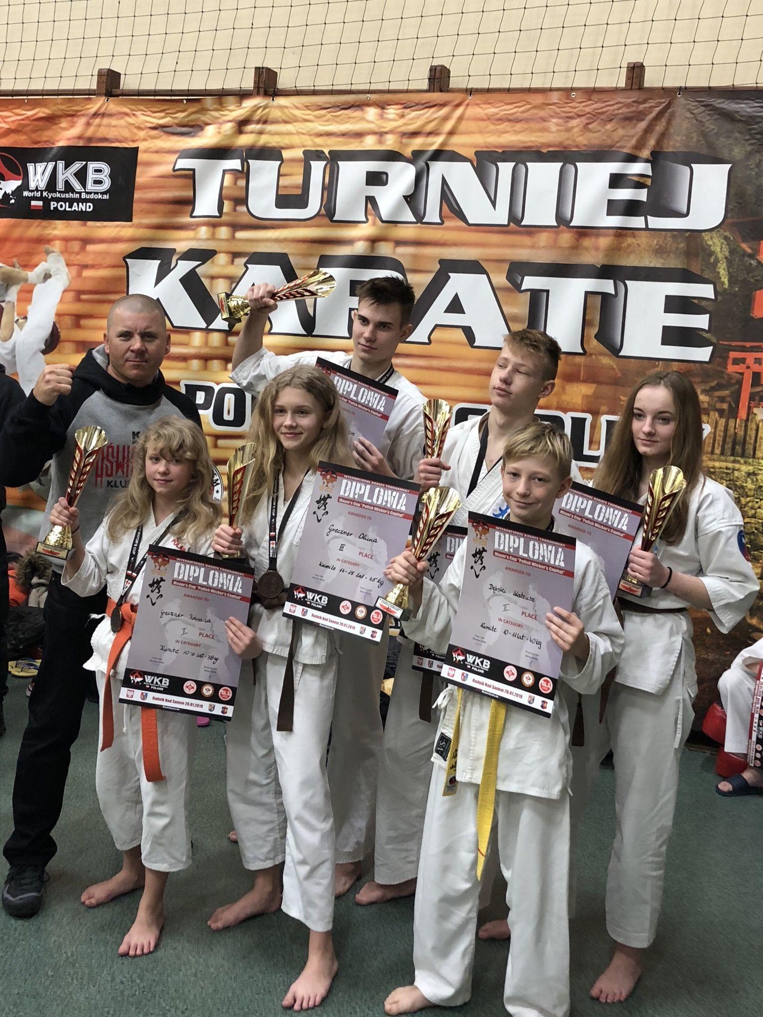 Reprezentanci Oświęcimskiego Klubu Karate zdobyli sześć medali podczas rozgrywanej w Rudniku nad Sanem ósmej edycji międzynarodowych zawodów w karate kyokushin. Fot. zbiory OKK