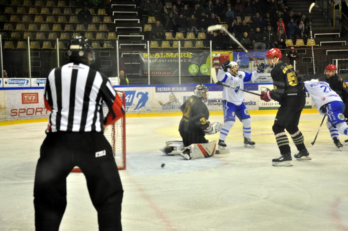 Niedzielny mecz Unii z Zagłębiem rozpocznie się o godzinie 18. Oby kibice w Oświęcimiu mogli jutro często oglądać takie obrazki. Fot. Szymon Chabior