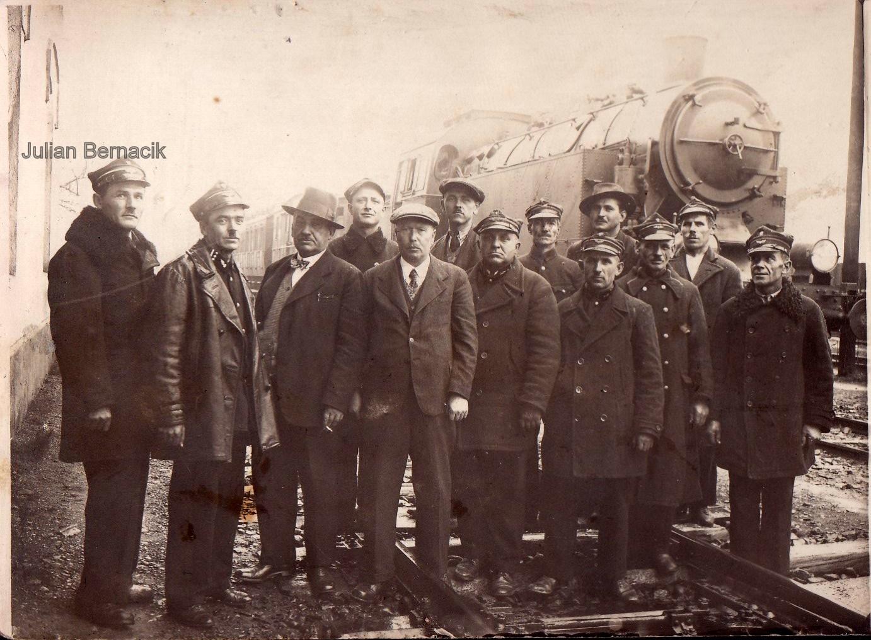 Juian Bernacik (z lewej) wśród kolejarzy. Archiwum rodzinne Sylwii Zyzman