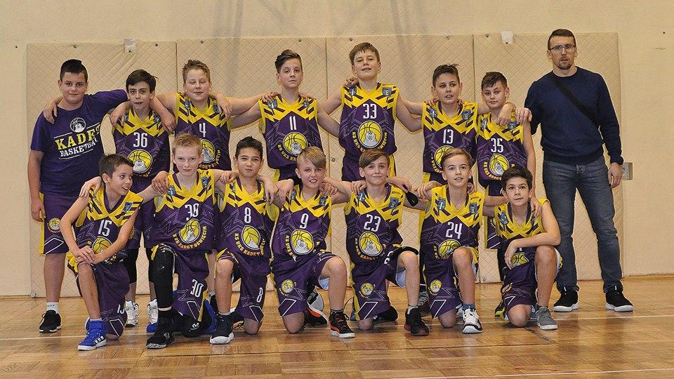 Drużyna chłopców UKS Kadet Oświęcim do lat 12 wyszła na prowadzenie tabeli w rozgrywkach ligi śląskiej. Fot. Iwona Zajas