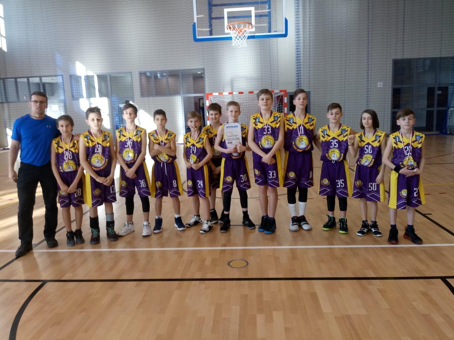 Reprezentacja Szkoły Podstawowej nr 2 sięgnęła po mistrzostwo Oświęcimia w koszykówce chłopców. Fot. nadesłane