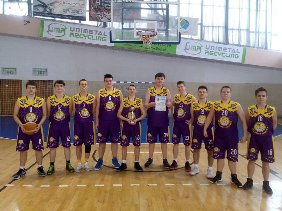 Oświęcimska Szkoła Podstawowa nr 2 triumfowała w koszykarskich mistrzostwach zachodniej Małopolski. Teraz będzie walczyła o prymat w województwie. Fot. www.facebook.com/UKSKadetOswiecim