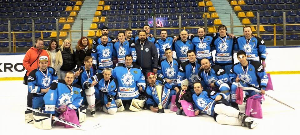 KS Hockey Team Oświęcim sięgnęli po mistrzostwo drugiej ligi hokeja. Fot. www.facebook.com/NIESPELNIENI/