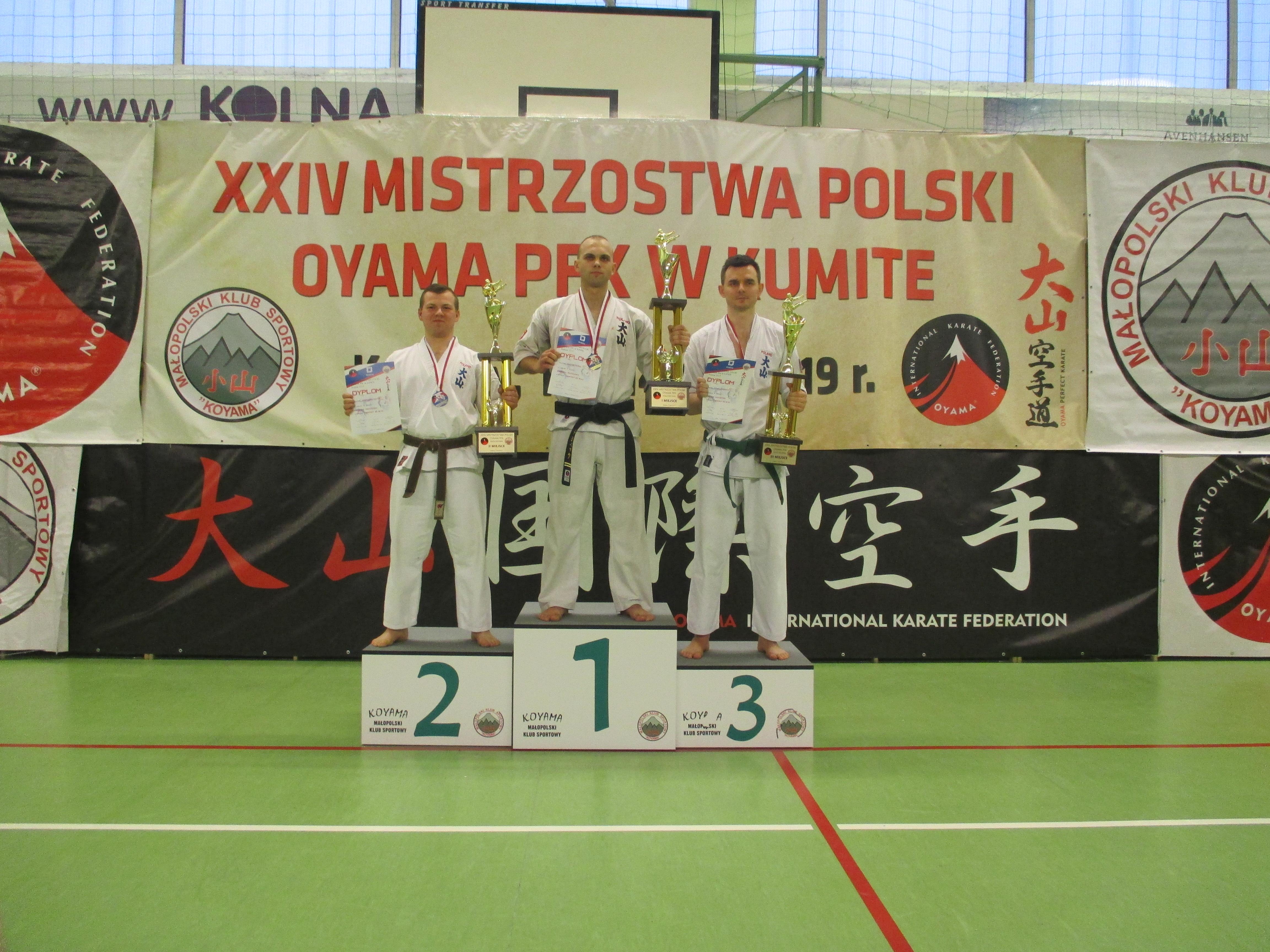 Wiktor Czopek stanął w Krakowie na najwyższym stopniu podium, zdobywając tytuł mistrza Polski w formule knockdown. Fot. zbiory KOK Brzeszcze