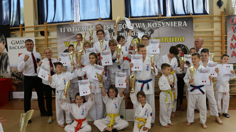 Młodzi karatecy z Brzeszcz wywalczyli w Racławicach aż szesnaście medali. Fot. nadesłane/zbiory KOK Brzeszcze
