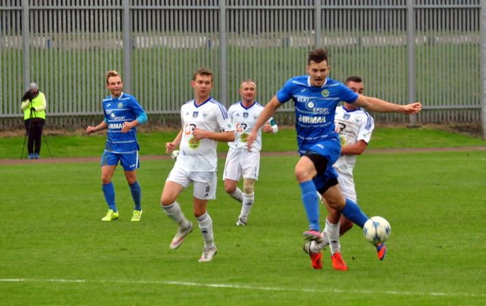 Piłkarze oświęcimskiej Unii po raz przedostatni w tym sezonie zaprezentują się przed własną publicznością. Oprócz meczu z Dalinem zagrają jeszcze u siebie z Górnikiem Wieliczka. Fot. Szymon Chabior