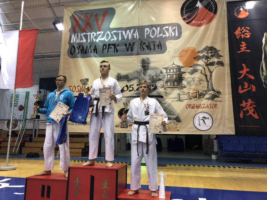 Reprezentanci Oświęcimskiego Klubu Karate wywalczyli cztery złote medale w mistrzostwach Polski Oyama PFK w kata i kobudo. Fot. zbiory OKK/nadesłane