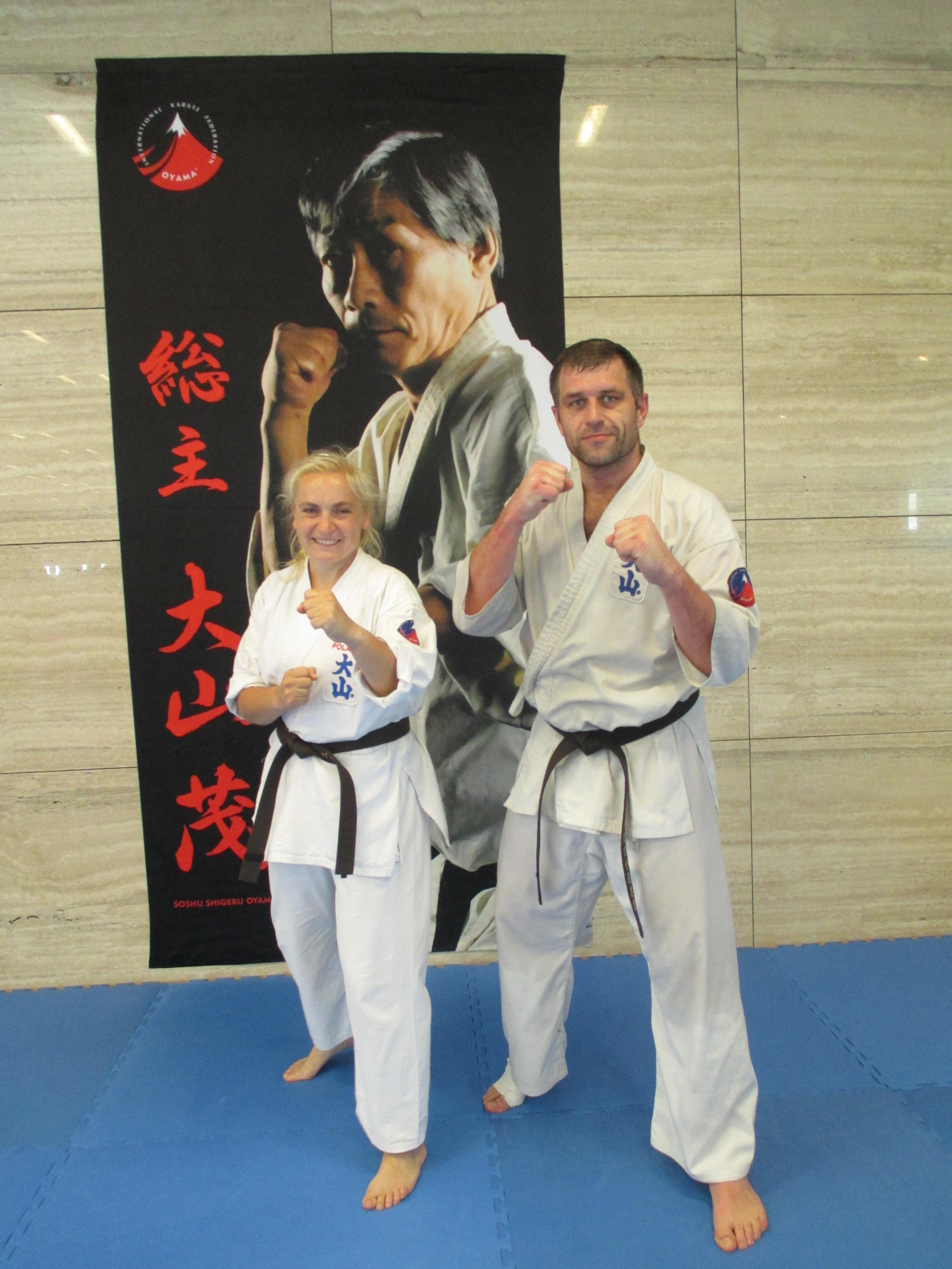 Anna Niemas i Łukasz Dadak z Klubu Oyama Karate Brzeszcze mogą się poszczycić czarnymi pasami. Fot. zbiory KOK Brzeszcze