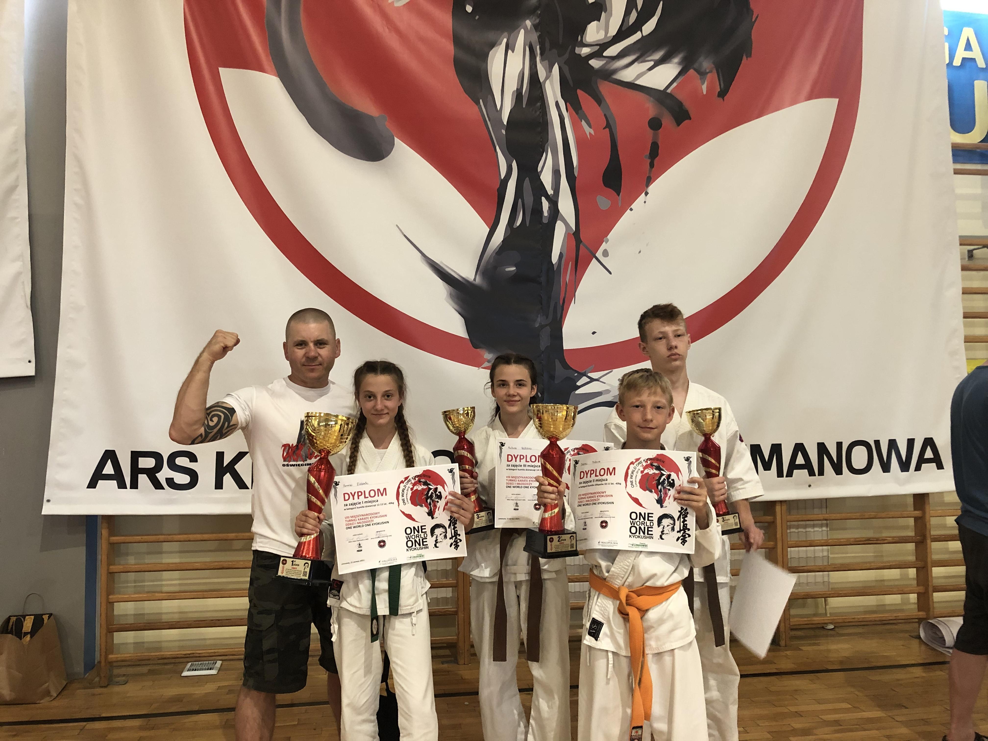 """W Limanowej podczas zawodów """"One world, one kyokushin"""" oświęcimscy karatecy wywalczyli cztery medale. Fot. nadesłane/zbiory OKK"""