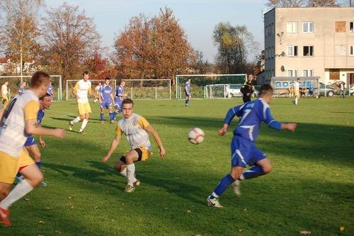 Piłkarze piątoligowej Niwy Nowa Wieś wygrali w Libiążu 5:2 i awansowali na trzecie miejsce w tabeli okręgówki. Fot. (png)