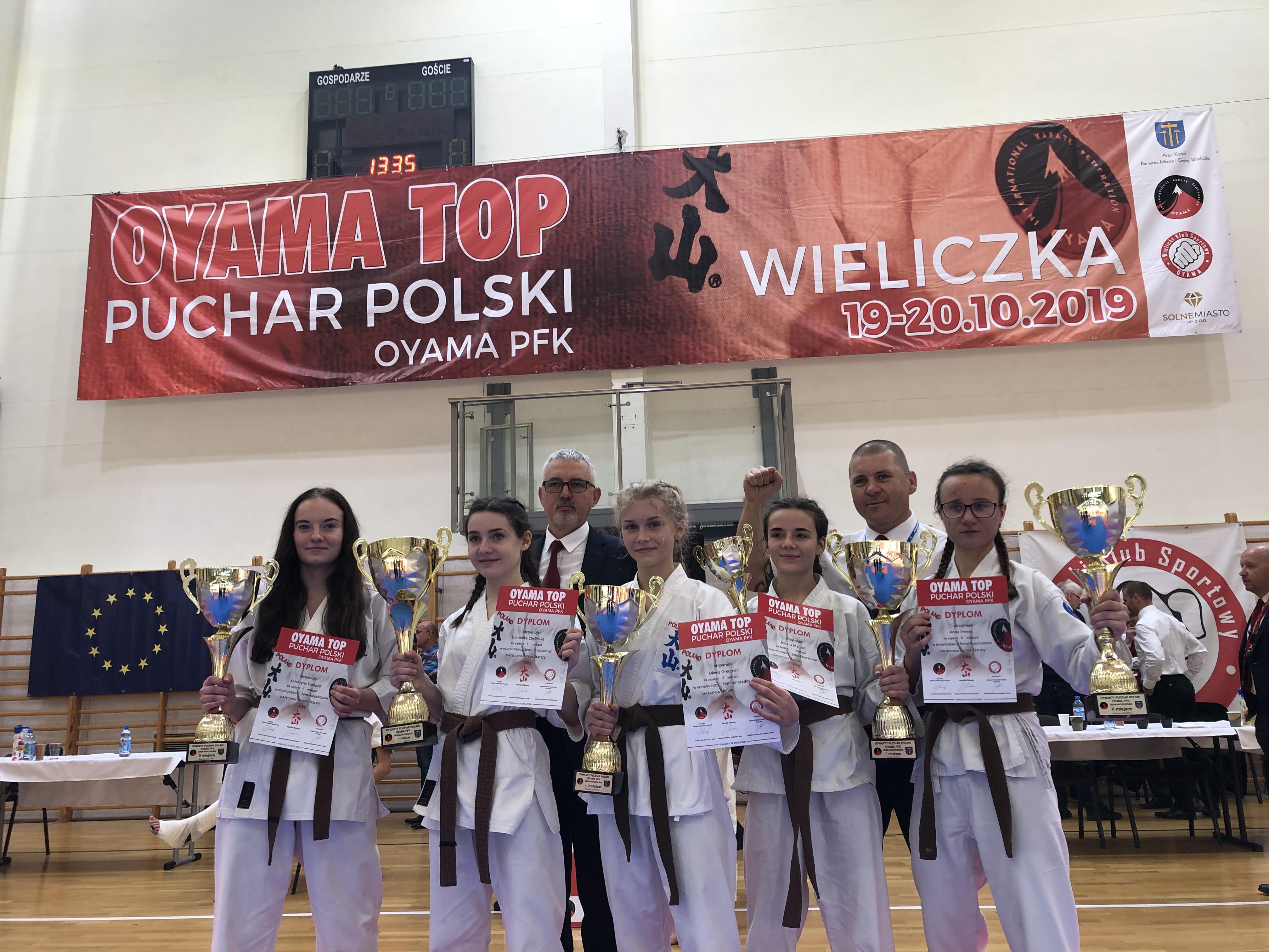 Reprezentantki Oświęcimskiego Klubu Karate podczas zawodów Pucharu Polski w Wieliczce wywalczyły cztery złote i trzy srebrne medale. Fot. zbiory OKK/nadesłane