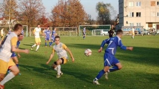 Efektowna wygrana w Gromcu wywindowała Niwę Nowa Wieś na trzecie miejsce w taeli okręgówki. Mistrzem półmetka w piątej lidze został KS Chełmek. Fot. (png)