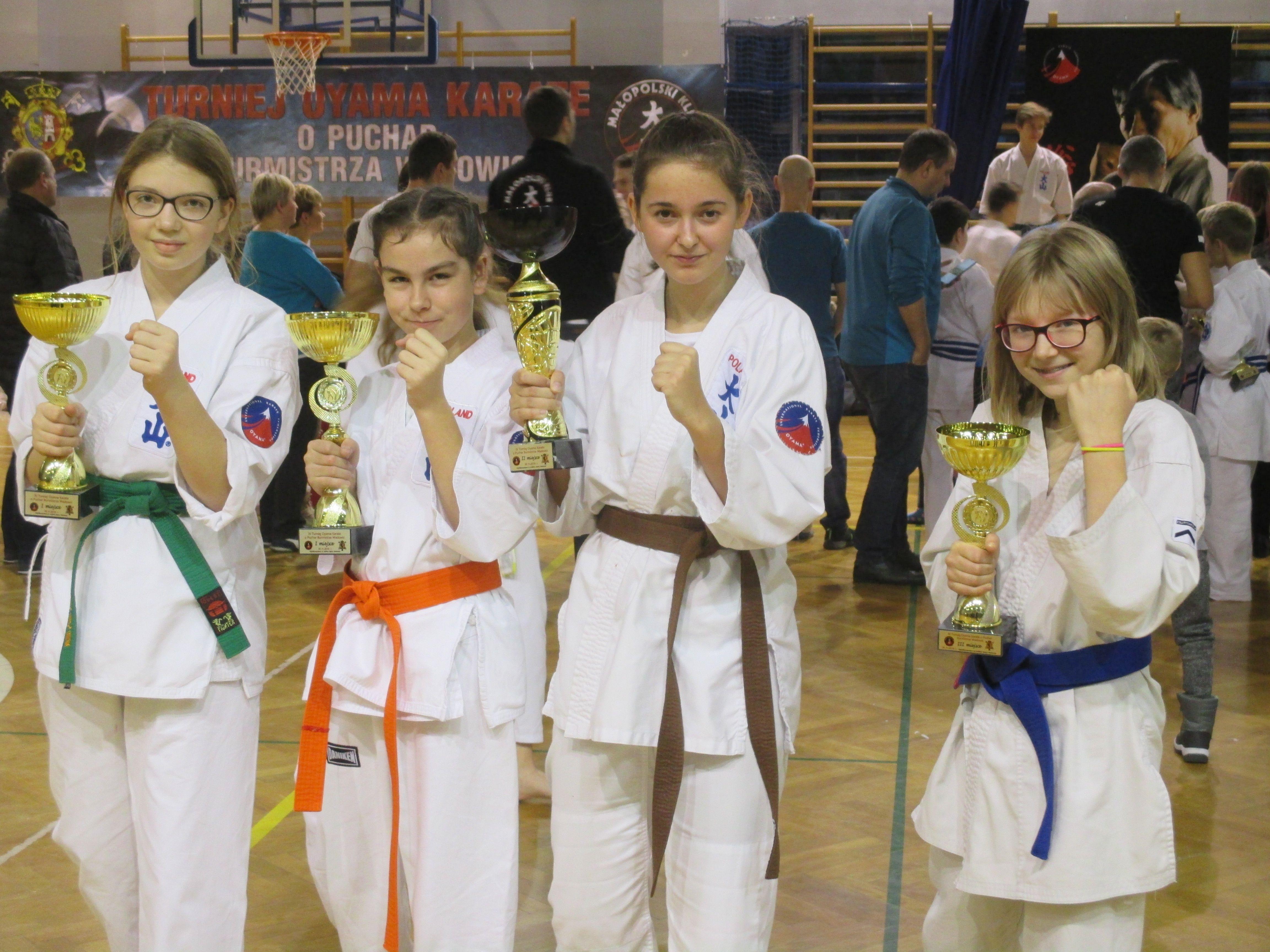 Stoją od lewej: Emilia Stawowy, Karolina Kozak, Gabriela Kwaczała i Kinga Grzegorczyk. Fot. zbiory KOK Brzeszcze/nadesłane