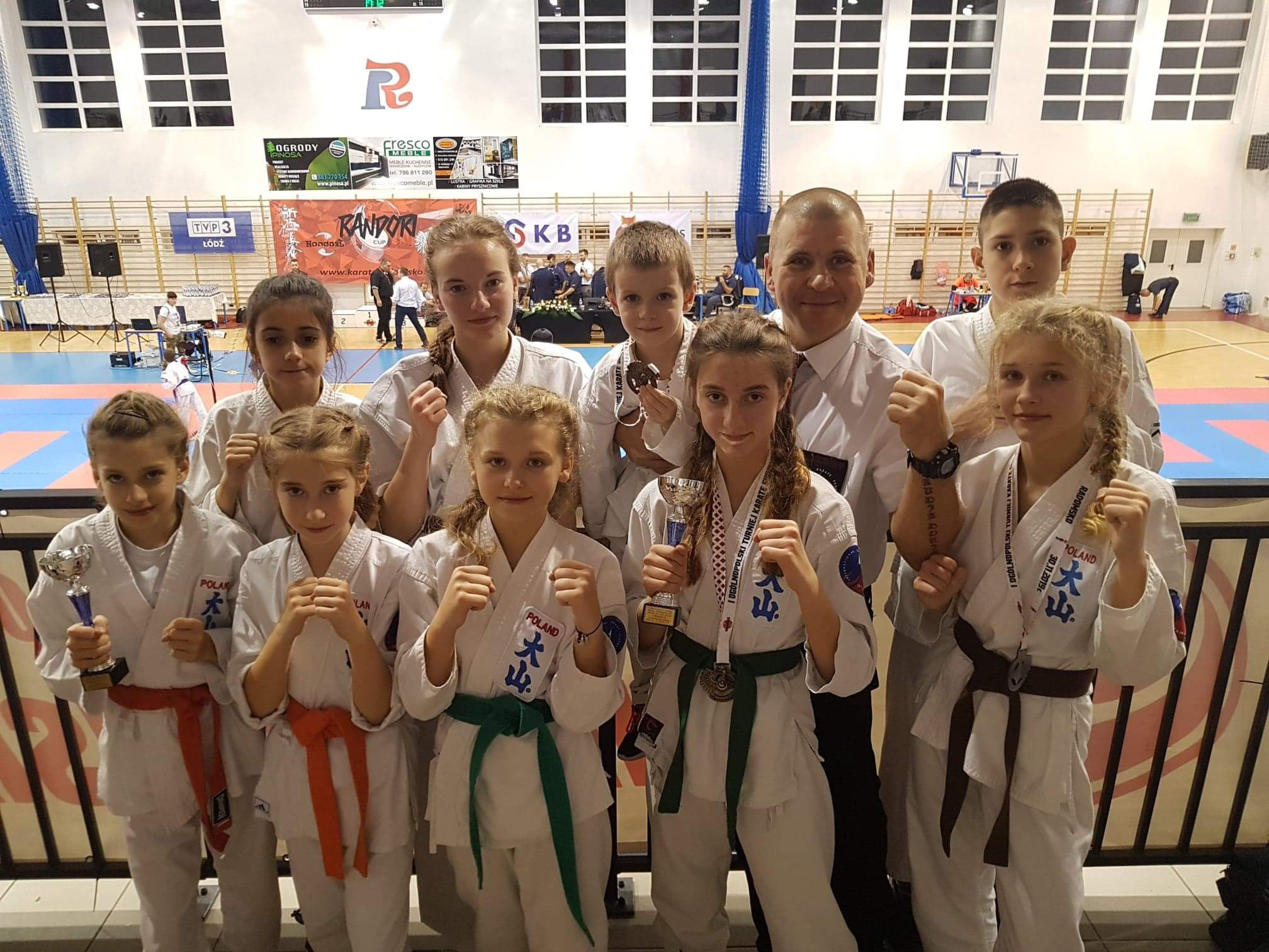 Podczas ogólnopolskich zawodów w Radomsku reprezentanci Oświęcimskiego Klubu Karate wywalczyli aż osiem medali. Fot. zbiory OKK/nadesłane