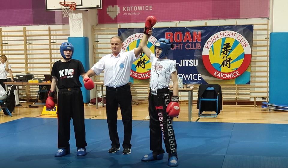 Marcel Brzeźniak zajął drugie miejsce w rywalizacji kadetów starszych do 52 kg formuły light-contact. Ten sam zawodnik był trzeci w kick-light. Fot. zbiory OKK/nadesłane