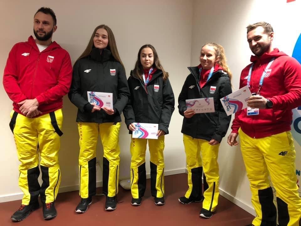 """Anna Kot (druga od lewej) reprezentuje UKH Unię i miasto Oświęcim w """"III Zimowych Igrzyskach Olimpijskich Młodzieży"""" w szwajcarskiej Lozannie. Fot. nadesłane"""