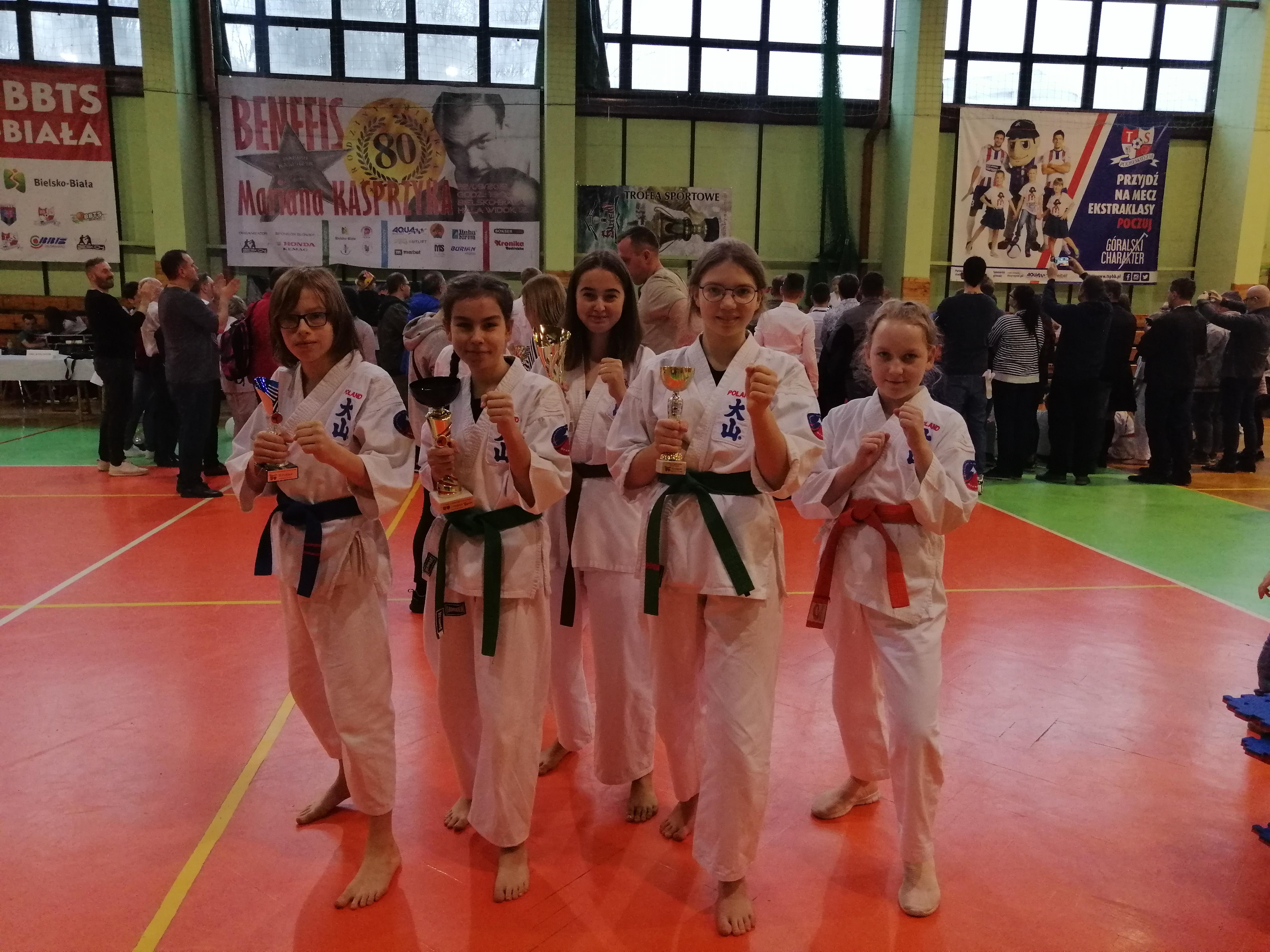 Drużyna w kumite Klubu Oyama Karate Brzeszcze podczas zawodów w Bielsku-Białej. Fot. zbiory KOK Brzeszcze/nadesłane