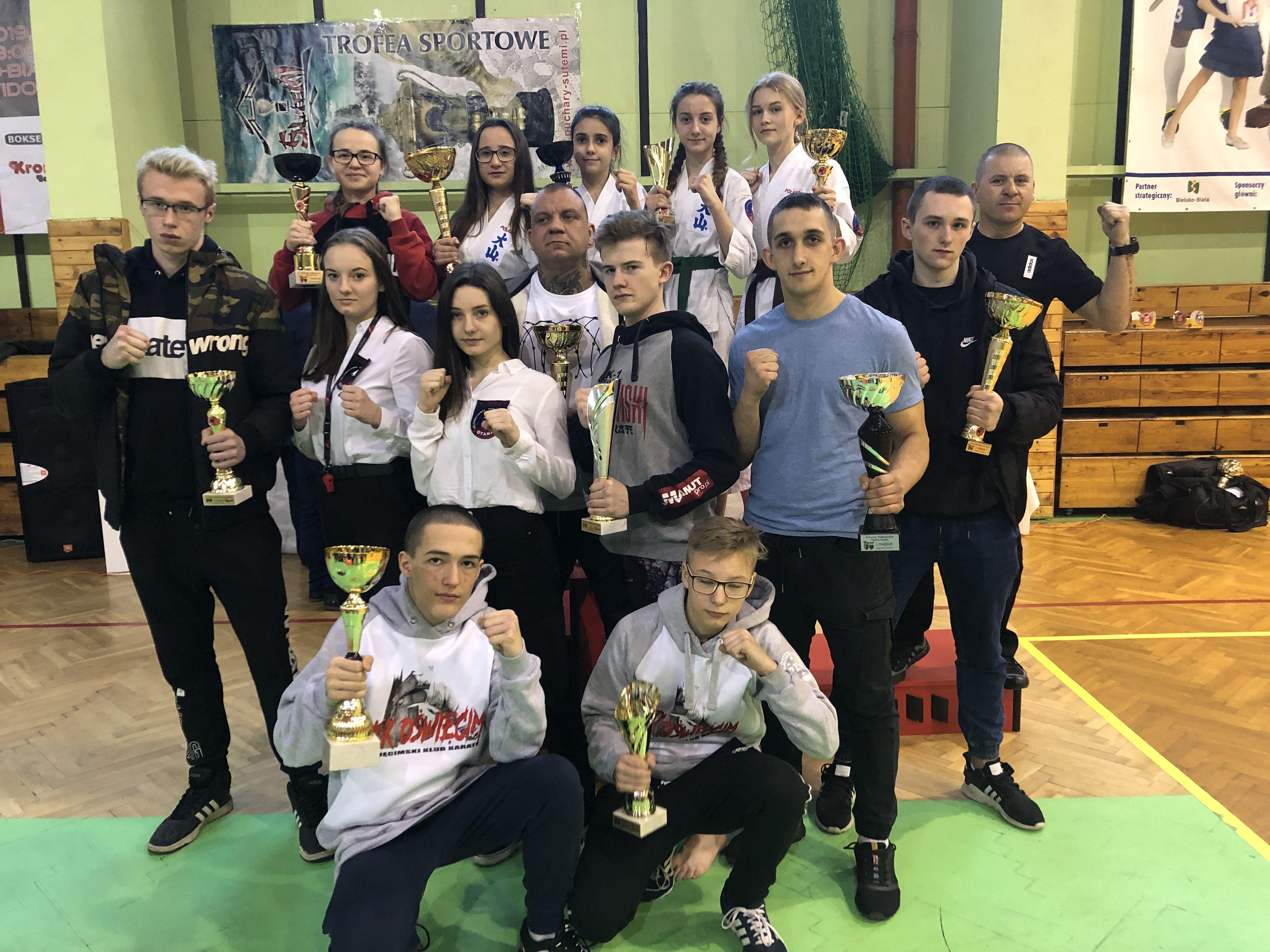 """Karatecy z Oświęcimia wywalczyli aż trzynaście medali w zawodach o """"Puchar Podbeskidzia"""". Fot. zbiory OKK/nadesłane"""