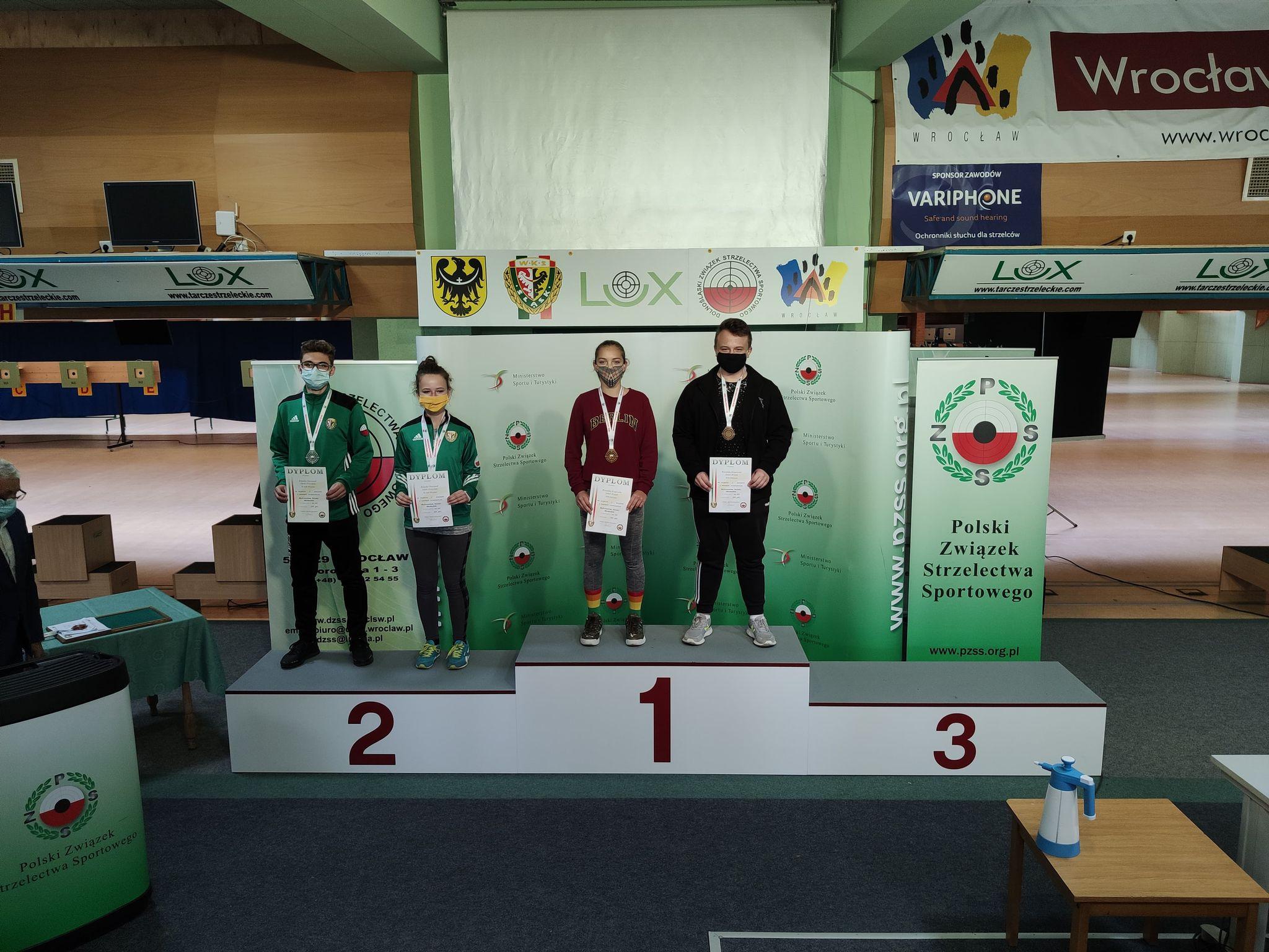Jakub Bratek z Oświęcimia wraz z Weroniką Krajewską sięgnęli po złote medale mistrzostw Polski młodzików w konkurencji Ppn mix. Fot. zbiory LOK Oświęcim/nadesłane