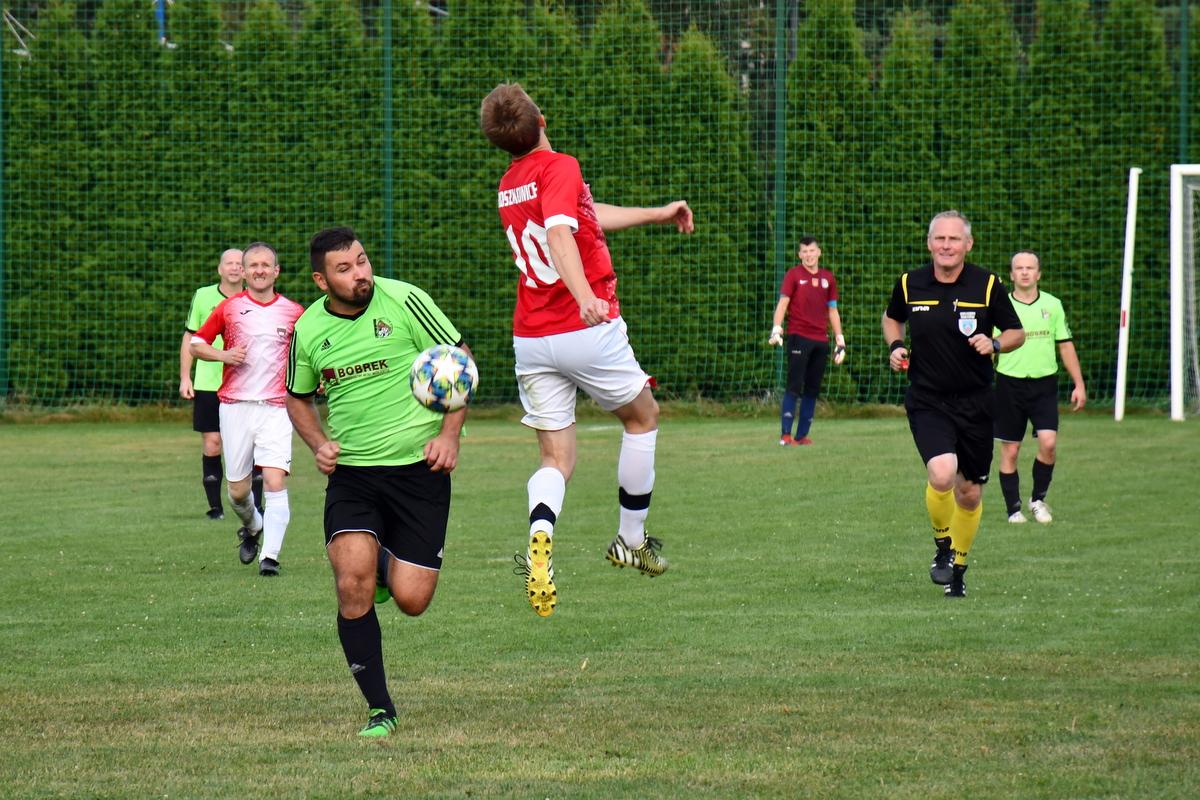 Puls Broszkowice będzie w rundzie rewanżowej występował pod wodzą nowego trenera. Został nim Jakub Jończyk (na drugim planie z lewej), kóry ma pomagać drużynie także na boisku. Fot. Szymon Chabior