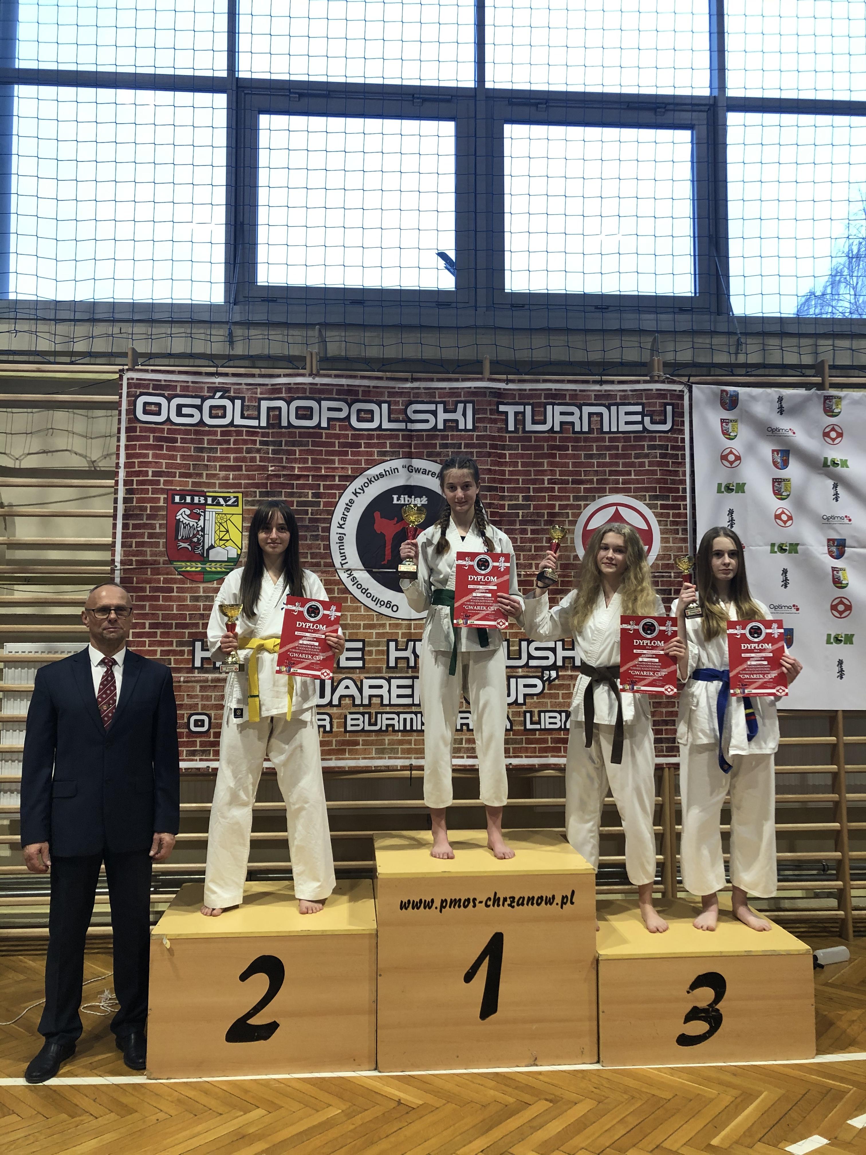 """Medalistki zawodów """"Gwarek Cup"""" w kategorii juniorek młodszych do 50 kg. Na najwyższym stopniu podium Elżbieta Ferenc, a z brązowym medalem jej klubowa koleżanka - Oliwia Greczner (druga z prawej). Fot. zbiory OKK/nadesłane"""